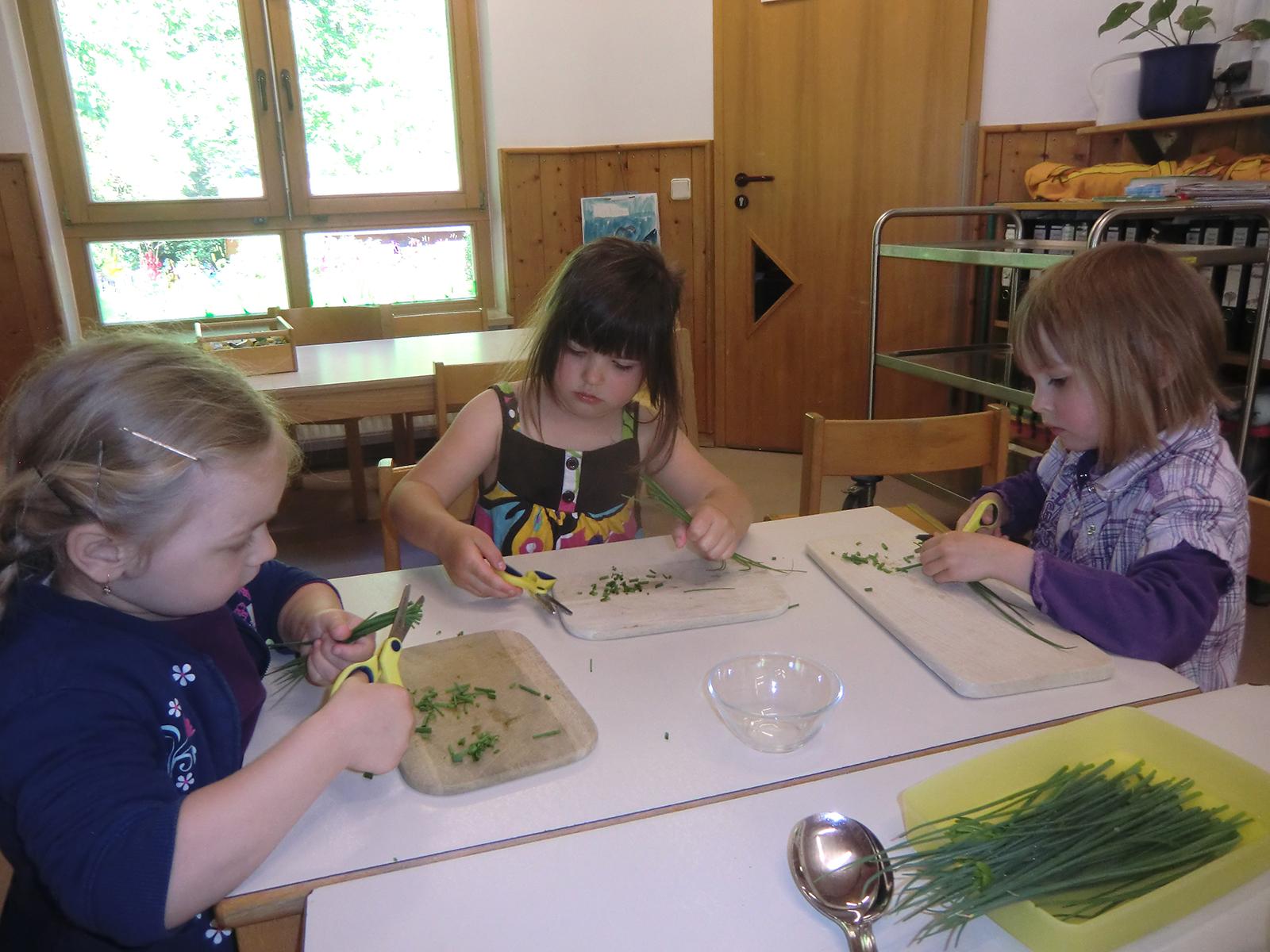 Kinder bereiten ihr Frühstück selbst zu