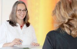 Sabine Schneider aus dem Personalteam ist als betrieblicher Pflegelotse für alle Mitarbeiter der Lebenshilfe Ansprechpartner, wenn es um die Vereinbarkeit von Beruf und Pflege eines Angehörigen geht.