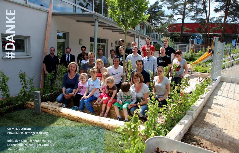 Kinder und Team der Kita Röthenbach freuen sich über die gelungene Umgestaltung ihres Gartens. Lebenshilfe-Familie dankte den angehenden Siemens-Managern herzlich für die besondere Spende.