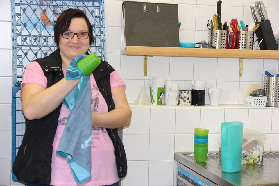 Traumjob ...: Einen solchen hat sich, nach eigenem Bekunden, Kerstin Schömer geangelt. Die junge Frau mit Hilfebedarf unterstützt das Hauswirtschaftsteam der Mittagsbetreuung der Grundschule, eine Einrichtung der Stadt Altdorf.