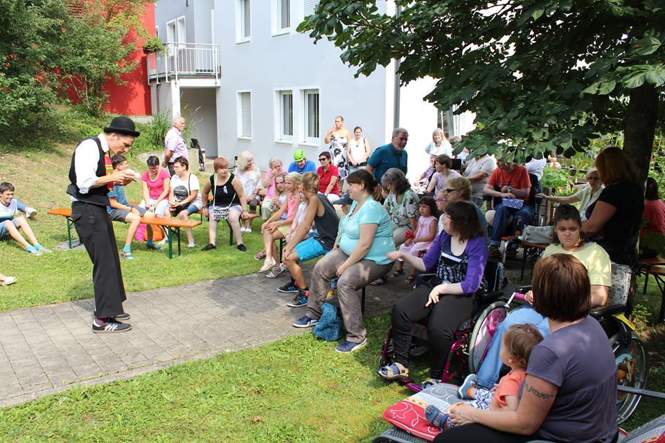 Am Wochenende feierten Betreute, deren Gäste und Mitarbeiter der Förderstätten am Haberloh, bei herrlichem Sonnenschein Sommerfest - ganz familiär. Ein Clown garantierte mit heiteren Einlagen launige Unterhaltung.