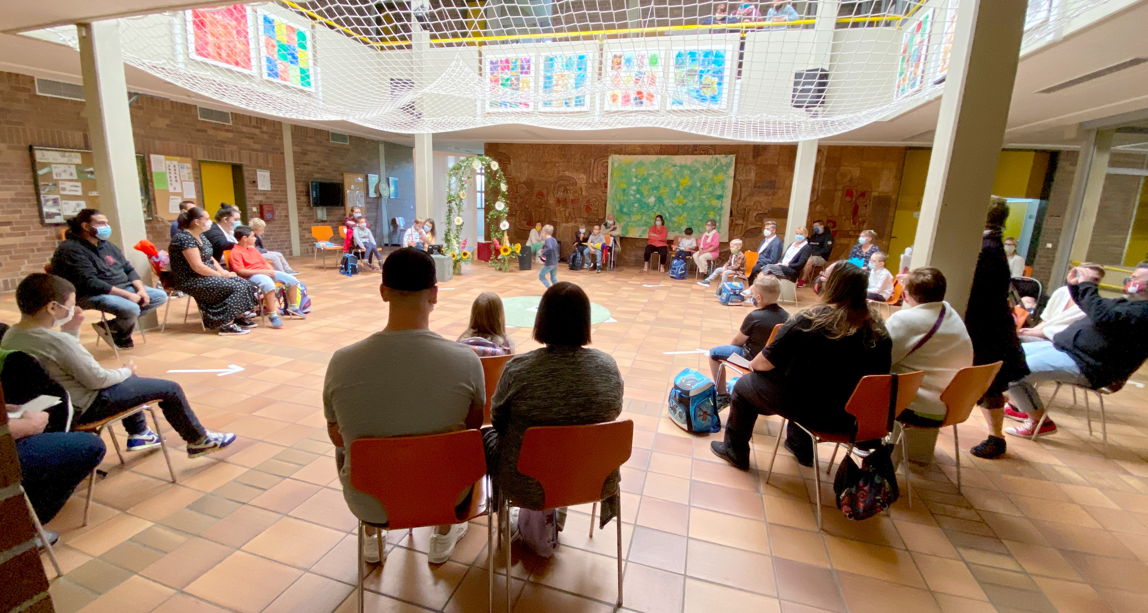 Für 13 Buben und Mädchen begann heute ihre Schulzeit. Im kleinen Kreis starteten sie ins Schuljahr 20/21 der Dr. Bernhard Leniger Schule in Lauf/Schönberg. Coronabedingt im kleinen Rahmen.