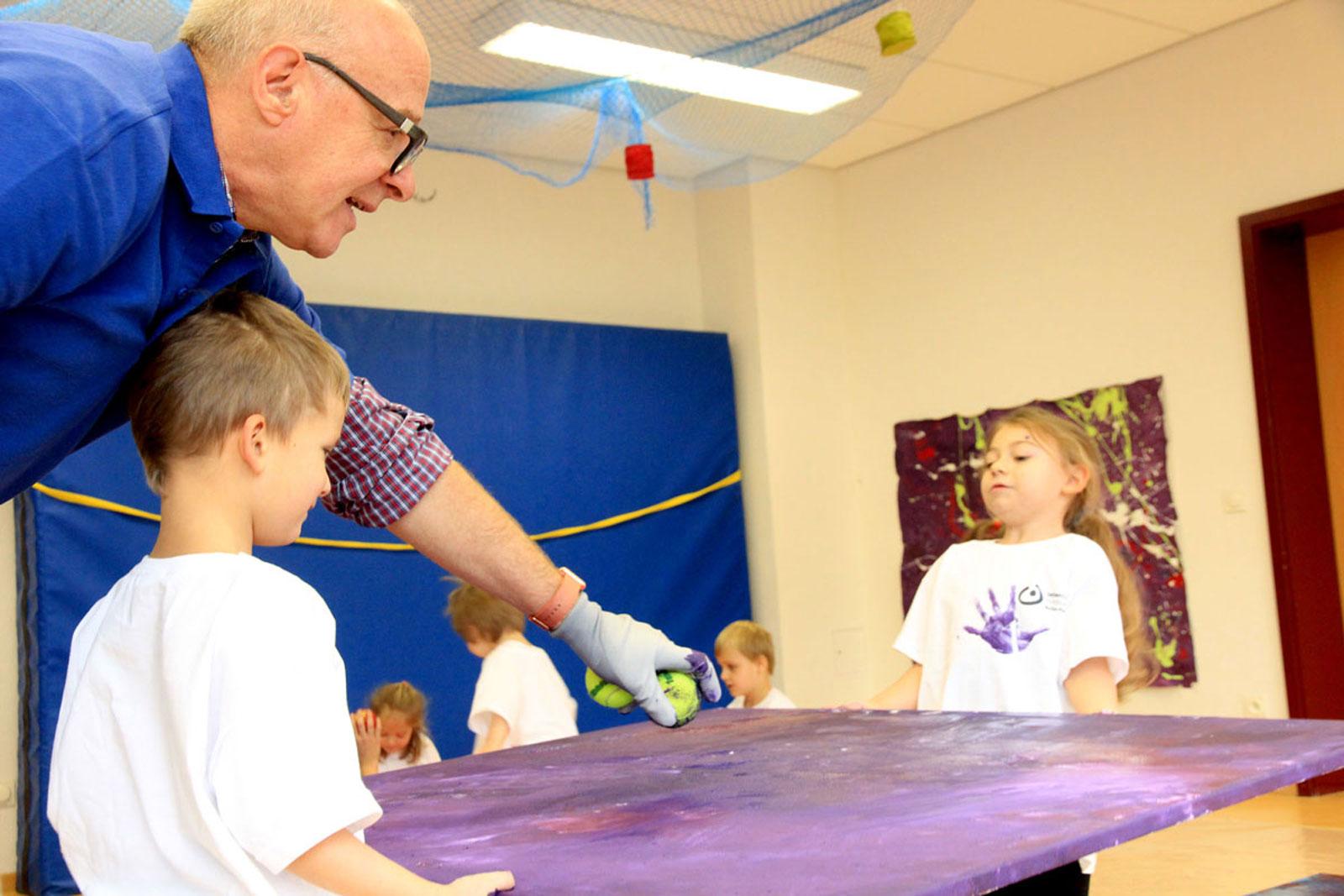 Action Painting – Therapie mit Pinsel und Farbe. Bildszene: Ein Actionpainting entsteht ... Jedes Bild ist einzigartig.