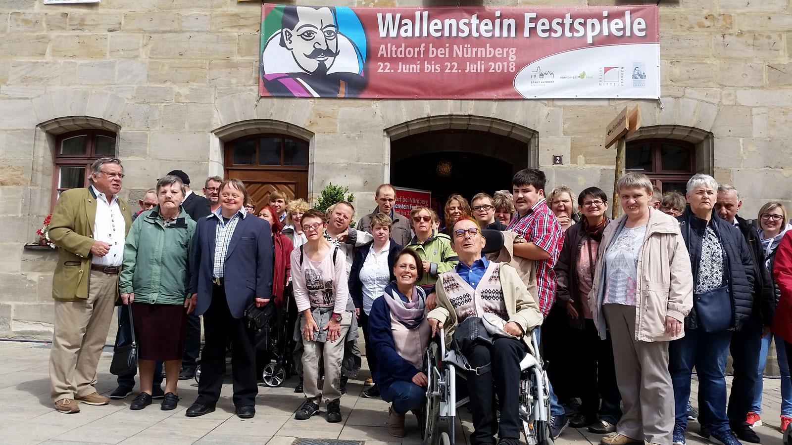 Bewohner der Lebenshilfe-Wohnstätten besuchten Wallensteinfestspiele.
