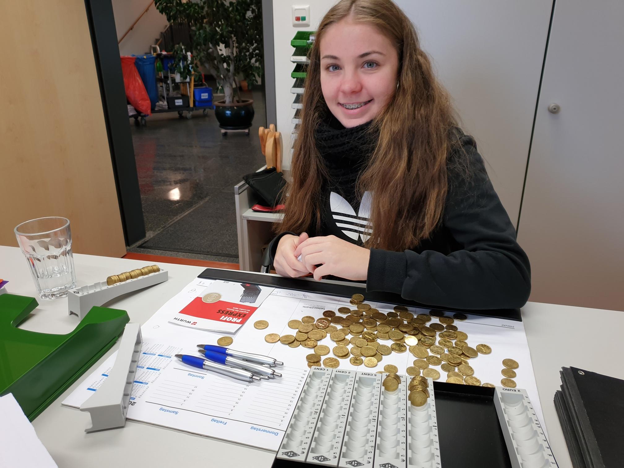 Gewissenhaft zählt Schnupperpraktikantin Charlotte Graupner Geld.