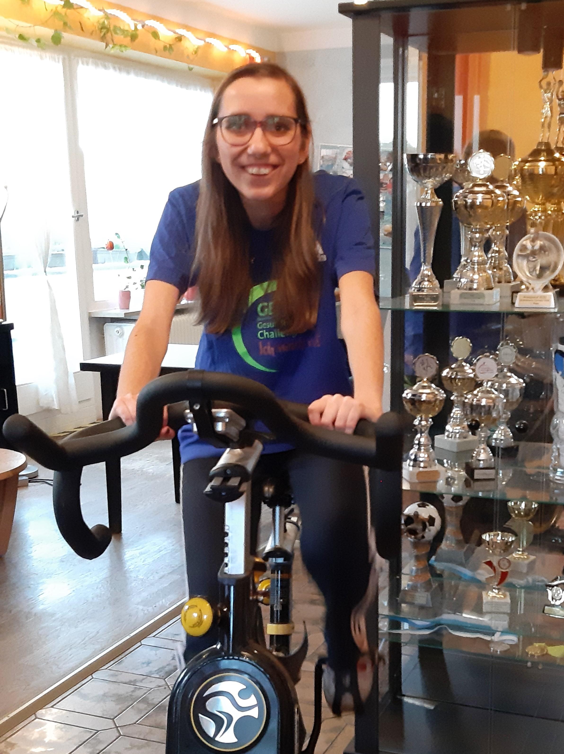 """Bewohnerin Simone beim Radeln: """"Ich finde es prima, dass ich meine Bewegungs-Erfolge weitermelden kann."""""""