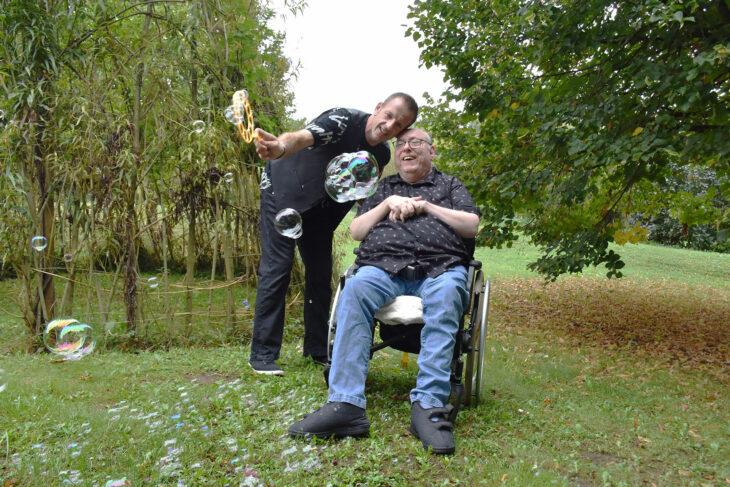 Menschlich verbunden: Teamkoordinator Sascha Planer und Jakob Herdeis haben Spaß mit Seifenblasen. Fotos: Stefanie Camin