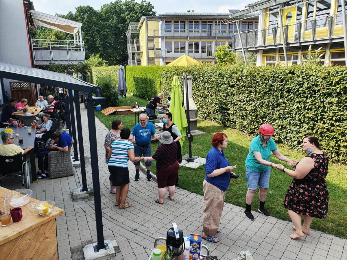 Bei den Grillpartys hatten die Bewohner samt den Betreuern richtig viel Freude. Foto: Lebenshilfe Nürnberger Land