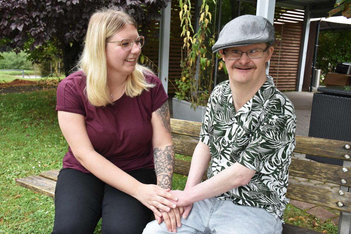 Julia Wiegärtner ist im zweiten Ausbildungsjahr zur Heilerziehungspflegerin; hier unterhält sie sich mit Günter Eichler.