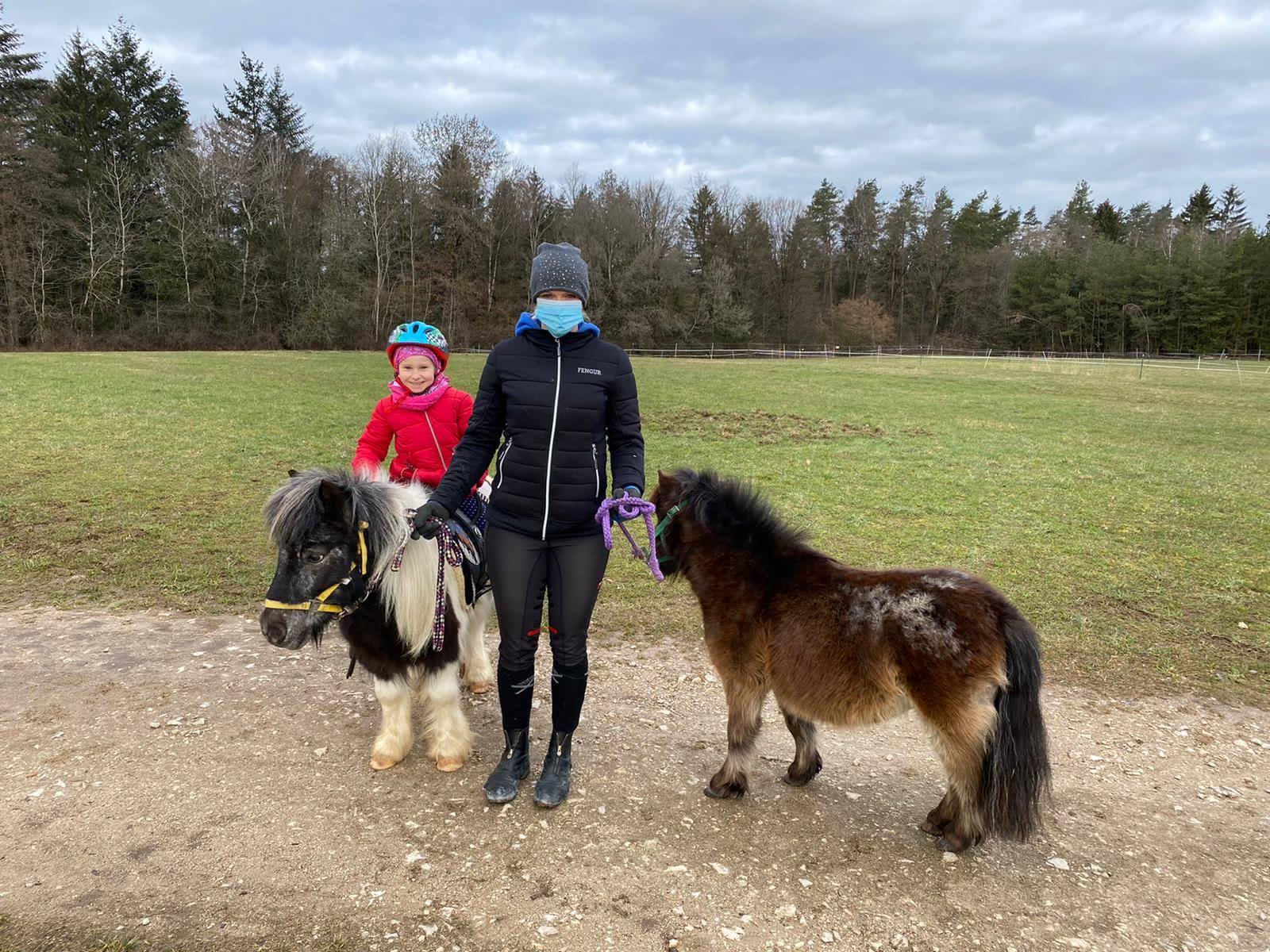Frühförderkinder aber ebenso Stallmanagerin Regina Renk ist von den Mini-Pferde Paul und Fritz begeistert.