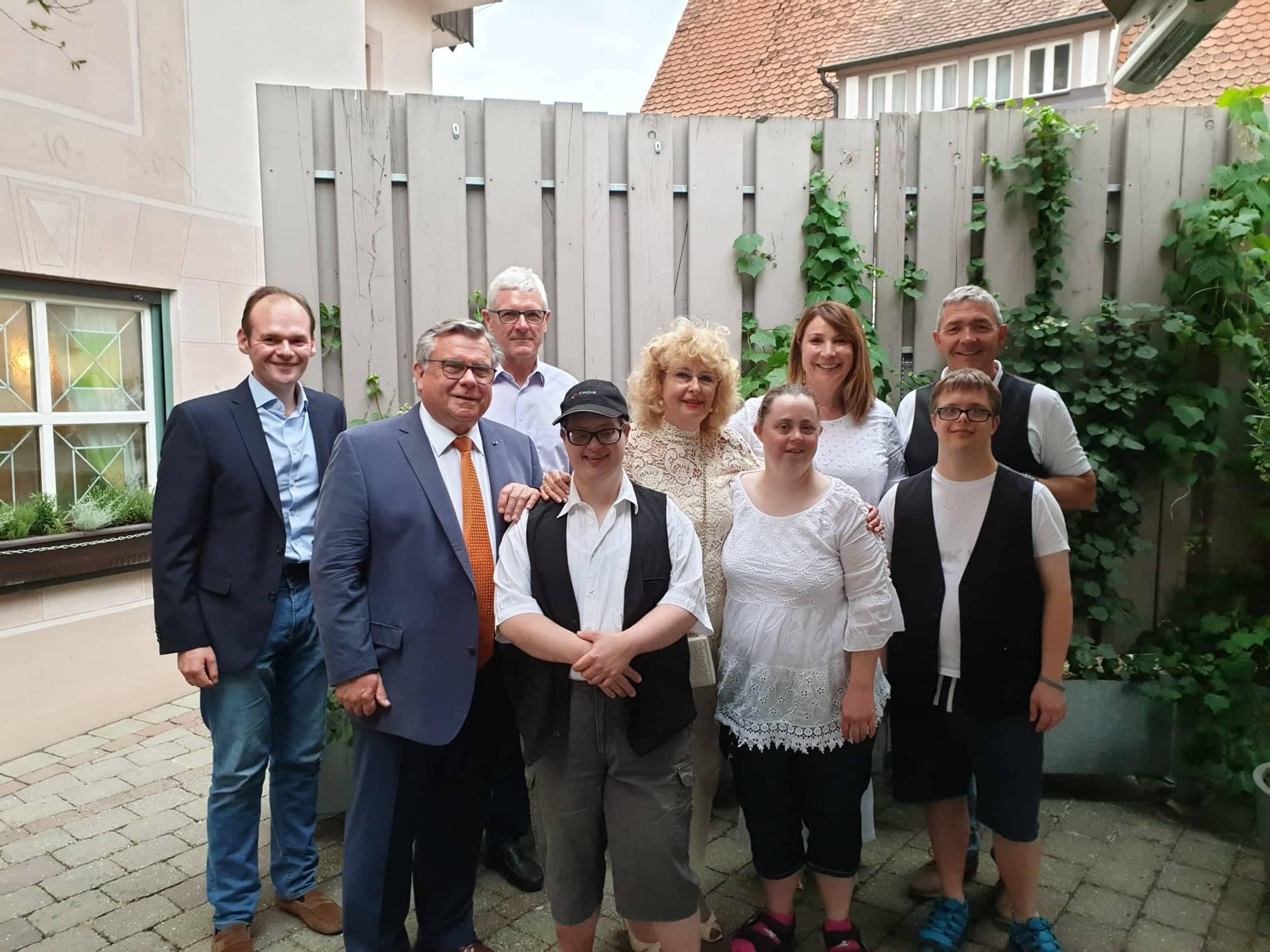 Stimmung und inklusive Glückwünsche von der Lebenshilfe-Familie für die Jubilarin Inge John zum 70. Geburtstag.