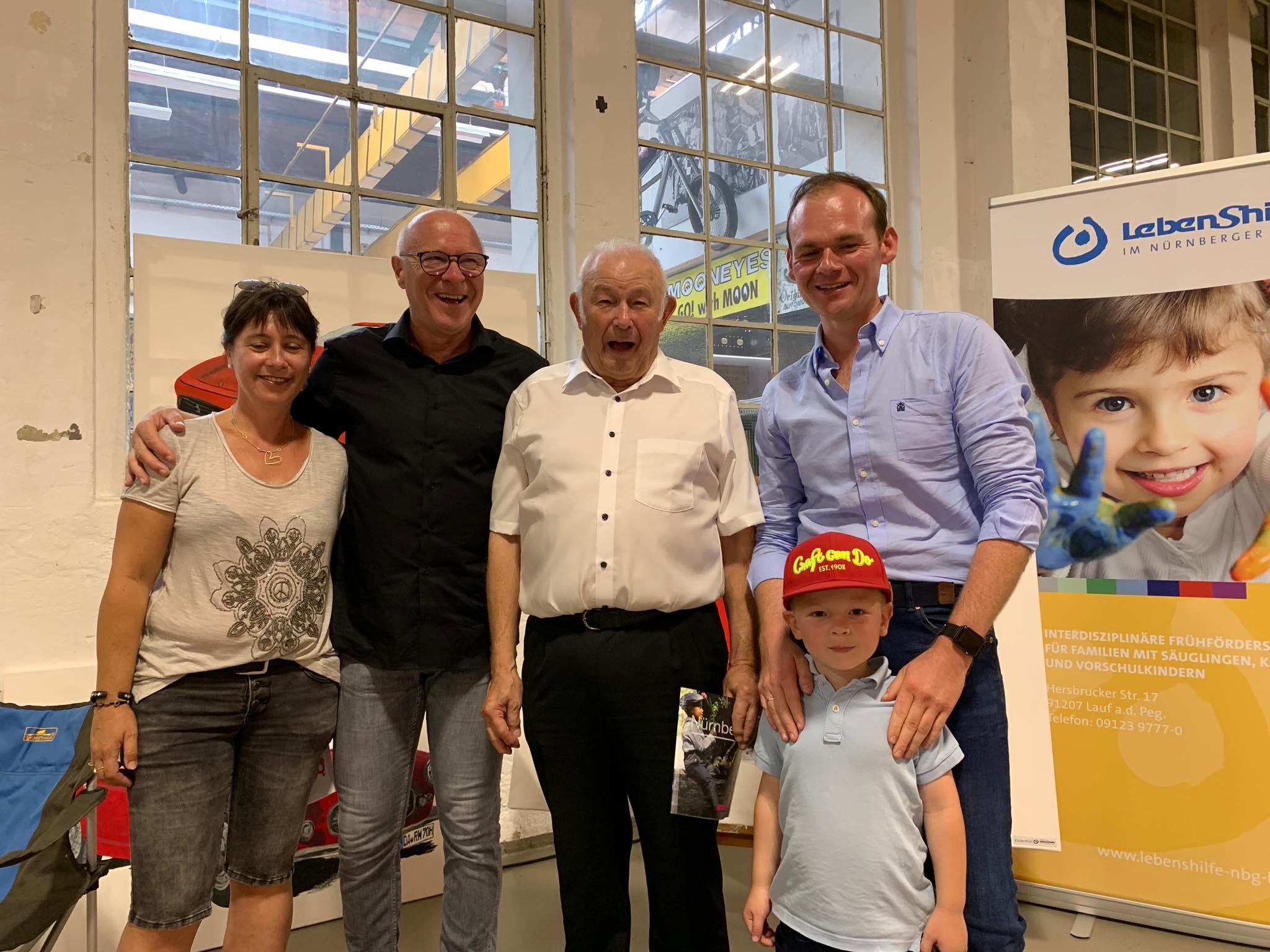 Team Frühförderung mit Stand bei der Sportwagencharity in Nürnberg, hier mit Event-Schirmherr Dr. Günther Beckstein.
