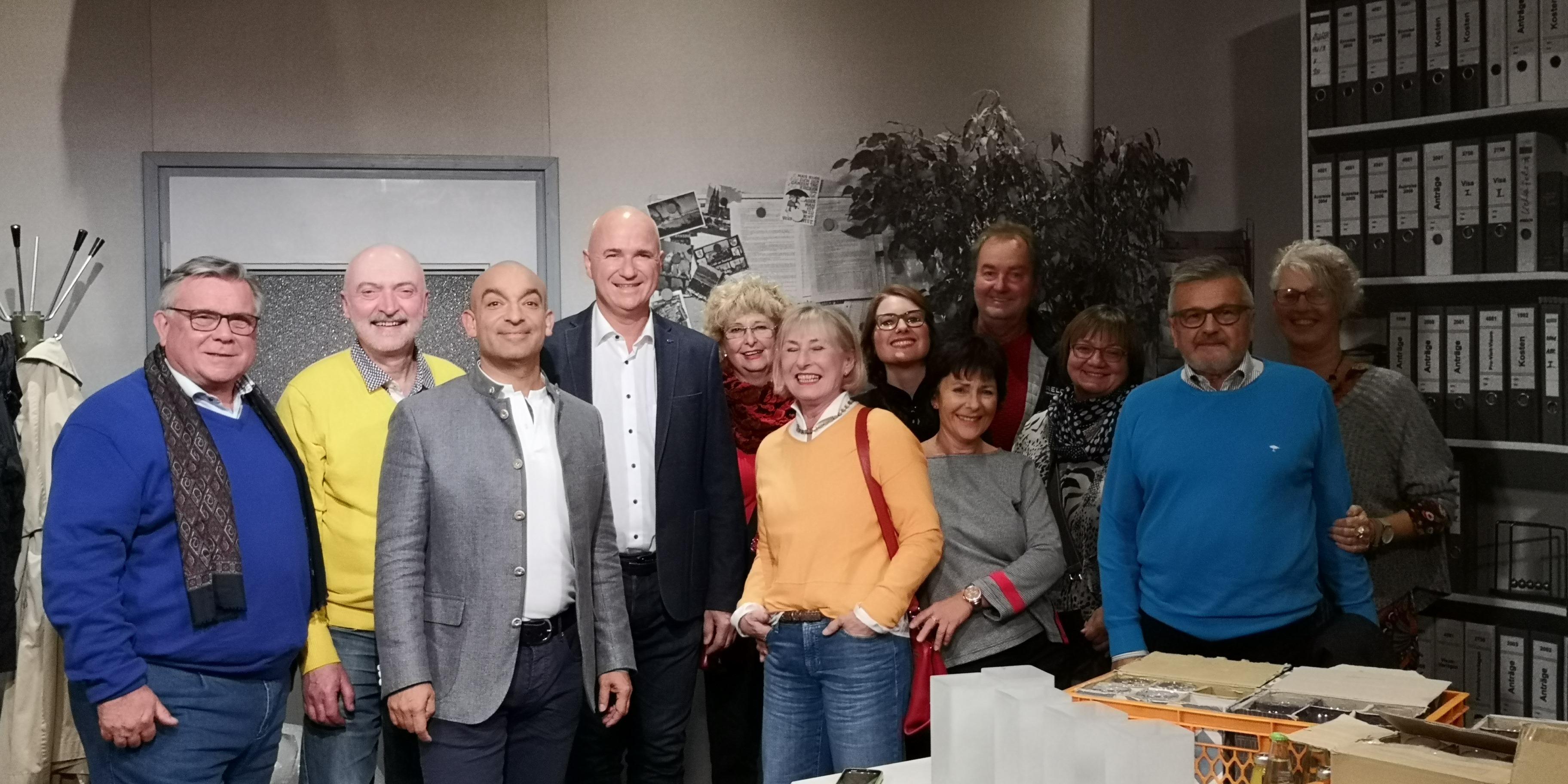Dank und Freude: Lebenshilfe-Chef John lud Unterstützerkreis zur BR-Sendung mit Django Asül und Wolfgang Krebs, ein.