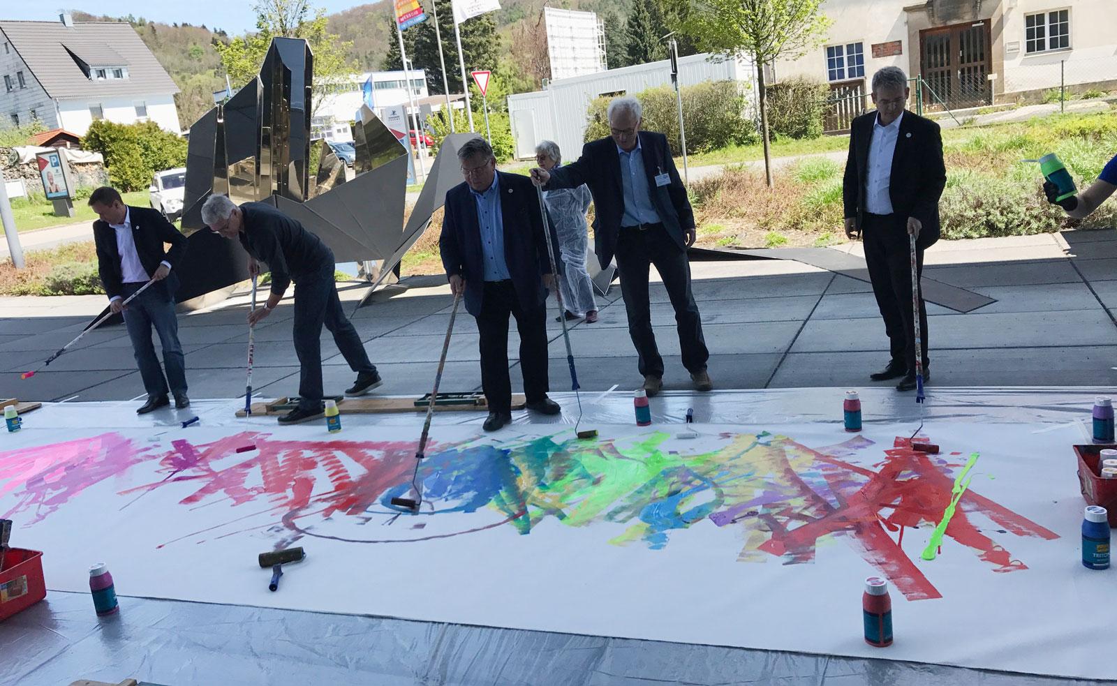 Farberlebnis für alle Besucher: Action Painting beim Tag der offenen Tür im Finanzamt Hersbruck.