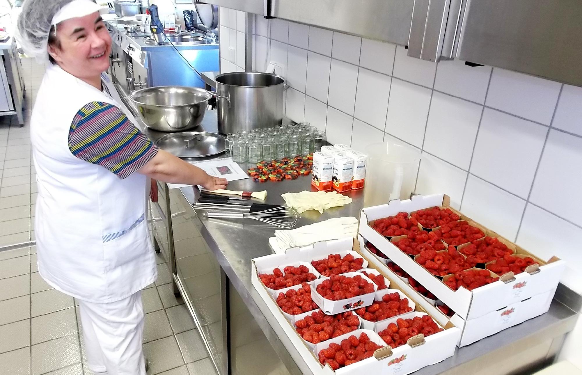 Bei der Zubereitung der Brotaufstiche wird Küchenchef Leitner von Christa Wotipka unterstützt.