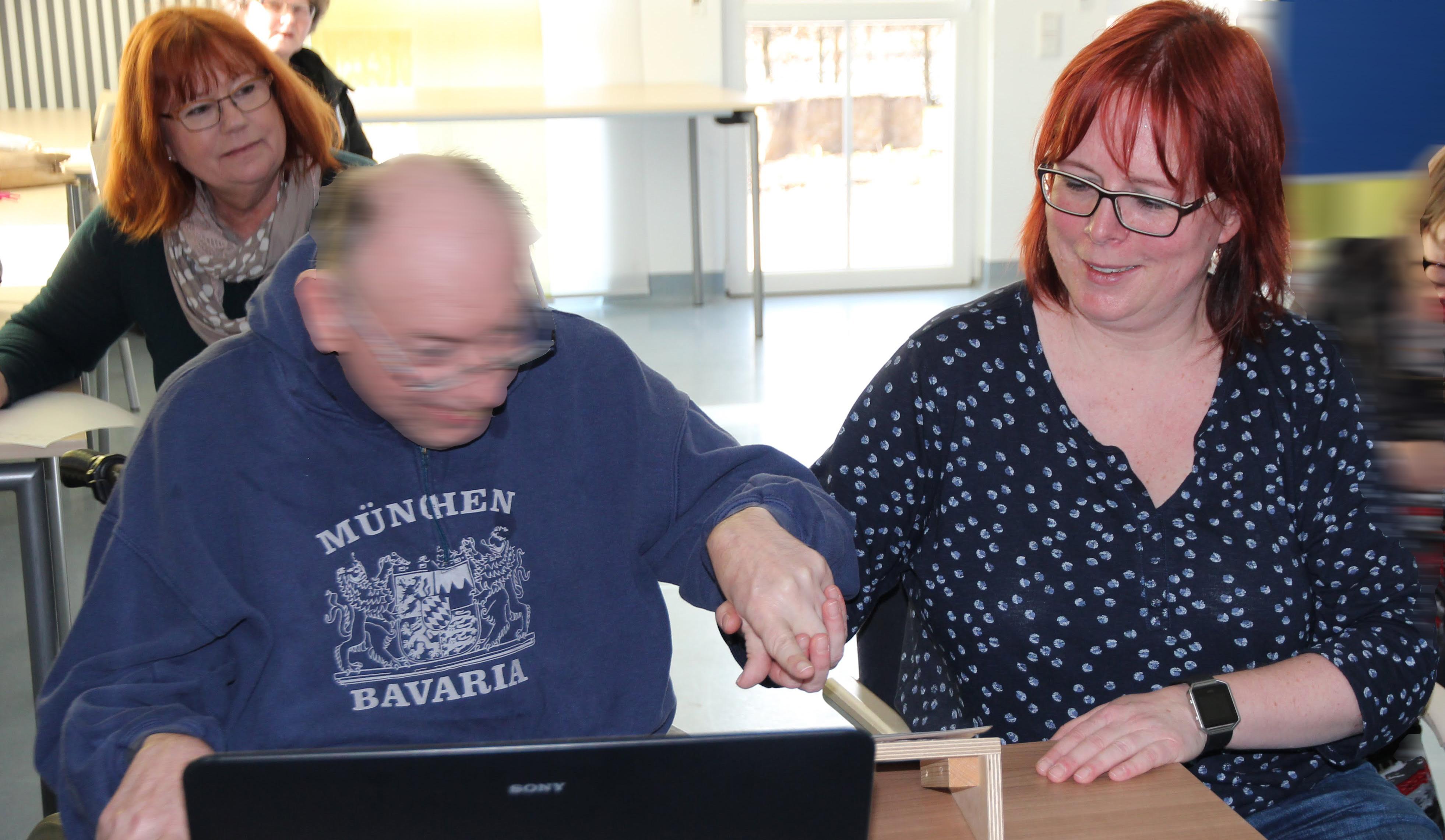 Szene: Brigitta Leikauf (links) unterstützt Ines Exner (rechts) beim Lese- und Schreibkurs in den Förderstätten.