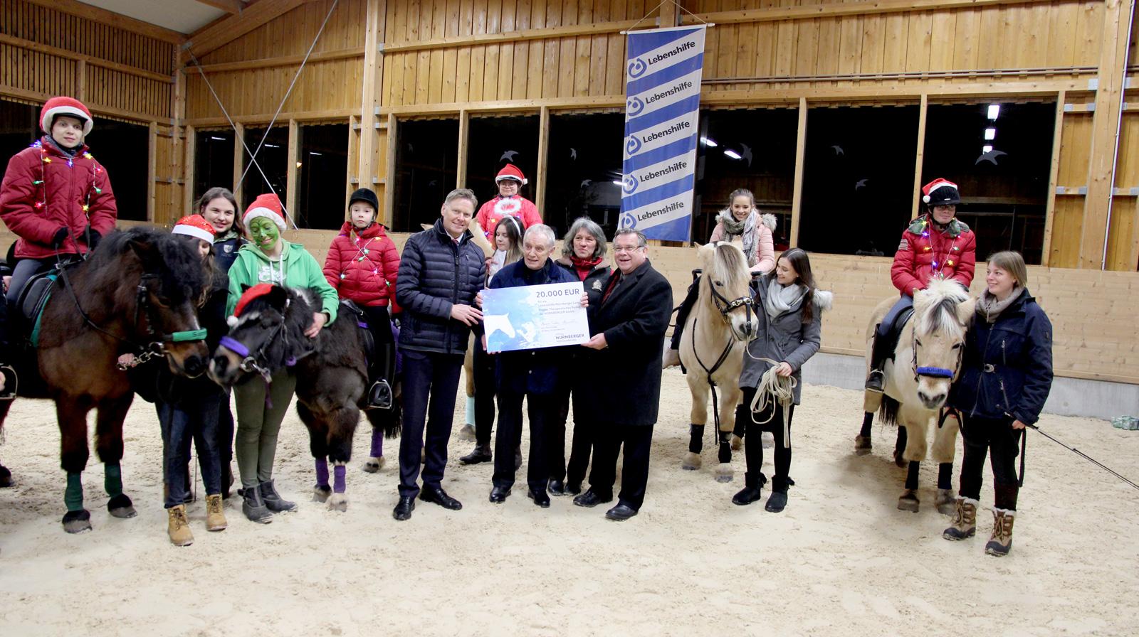 """NÜRNBERGER spendet 20.000 Euro für Reittherapie – großartiges Azubi-Engagement für Lebenshilfe. Zauberhaft: Inklusive Voltigiervorführung """"Der Weihnachtsmuffel"""" mit Pferden."""