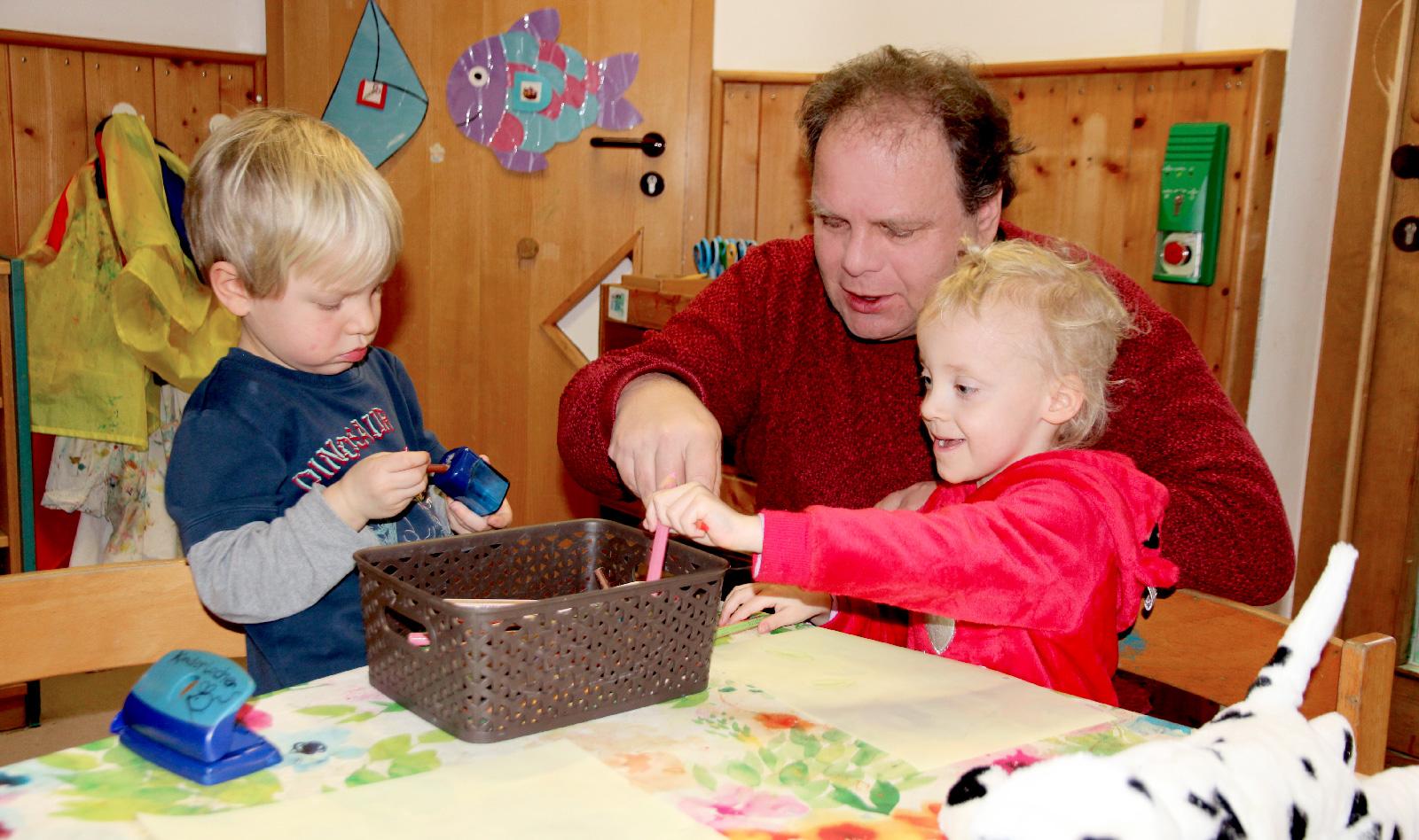 Hotelchef brachte nicht nur Geschenke. Einen Tag lang malte, spielte und bastelte Stefan Marczinkowski mit den Kita-Kindern.
