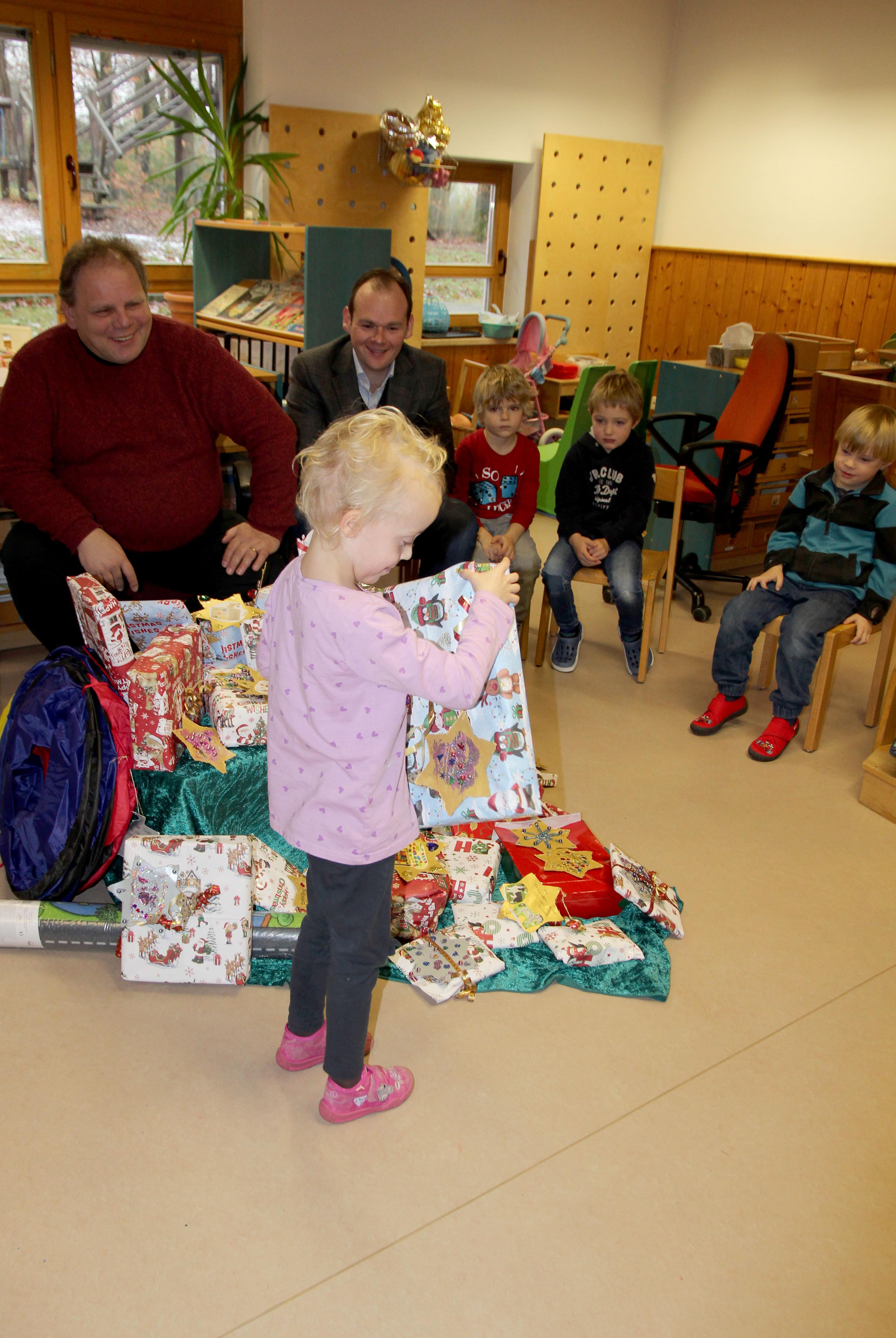 ... in der Inklusiven Kita Hersbruck war noch einmal Weihnachten. Die Wunschbaum-Aktion des Intercityhotels Nürnberg bringt Kinderaugen immer wieder zum Strahlen.