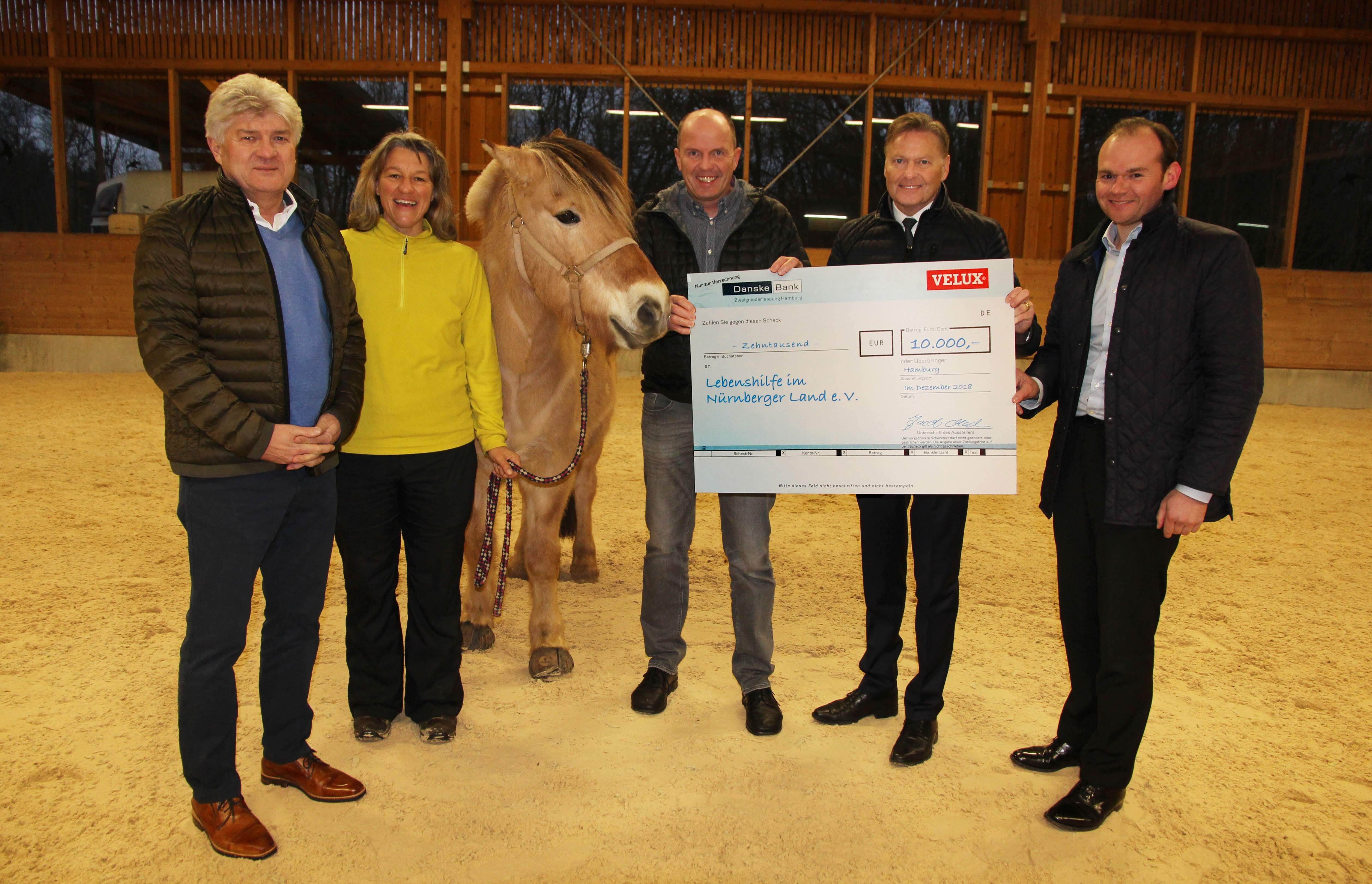 10.000 Euro-VELUX Weihnachtsspende kommt der Arbeit im Reittherapiezentrum der Lebenshilfe Nürnberger Land e. V. zu Gute.