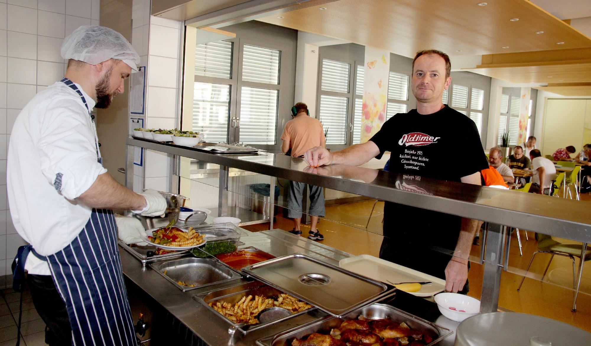 Gruppenleiter Rainer Full isst zwar nicht täglich, aber sehr gern in der Kantine der Moritzberg-Werkstätten.