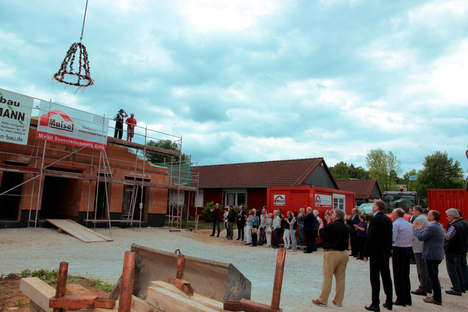 Mehr Platz für Mitarbeiter und Akten: Jetzt wurde Richtfest für den Erweiterungsbau der Hauptverwaltung in Schönberg gefeiert.