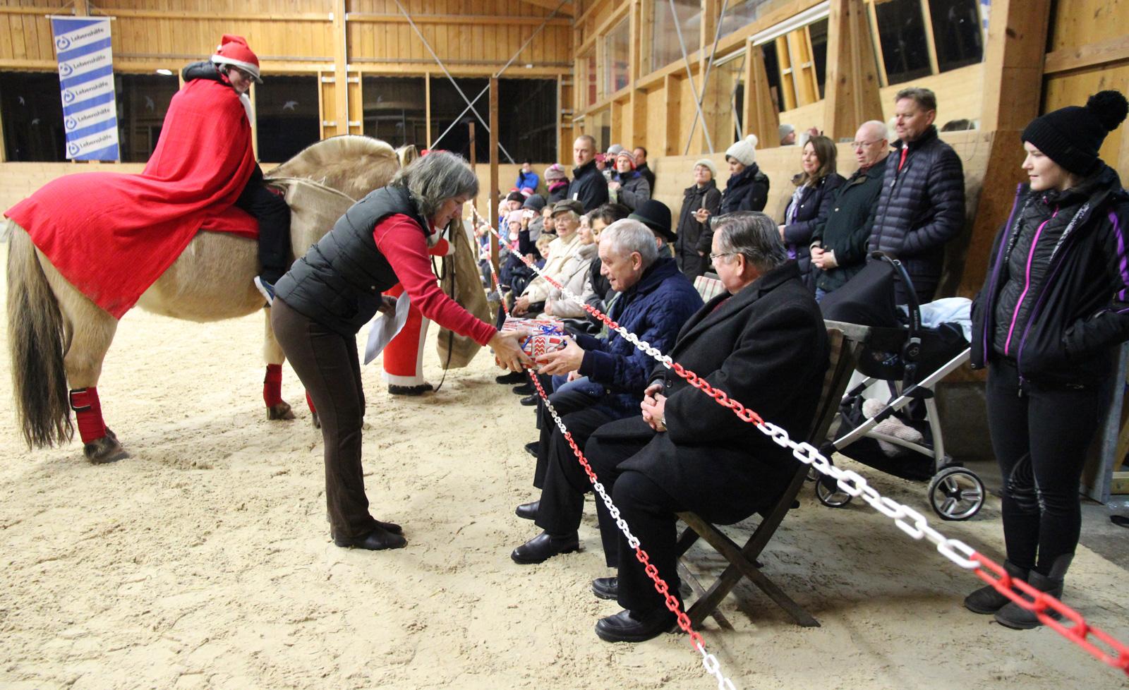 Der Weihnachtsmuffel, interpretiert als Voltigiervorführung von Kindern mit Handicap, stand Mittwochabend im Mittelpunkt des Reittherapiezentrums der Lebenshilfe Nürnberger Land.