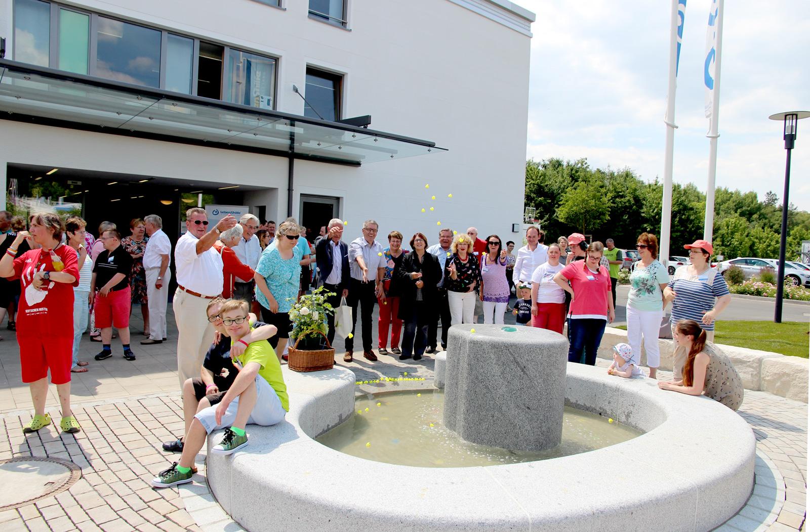 Wasser marsch! Gemeinsam mit Bewohnern gab Lebenshilfe-Chef John das Kommando zur Einweihung des Brunnens. Bewohner und Gäste ließen Plastikentchen zu Wasser.
