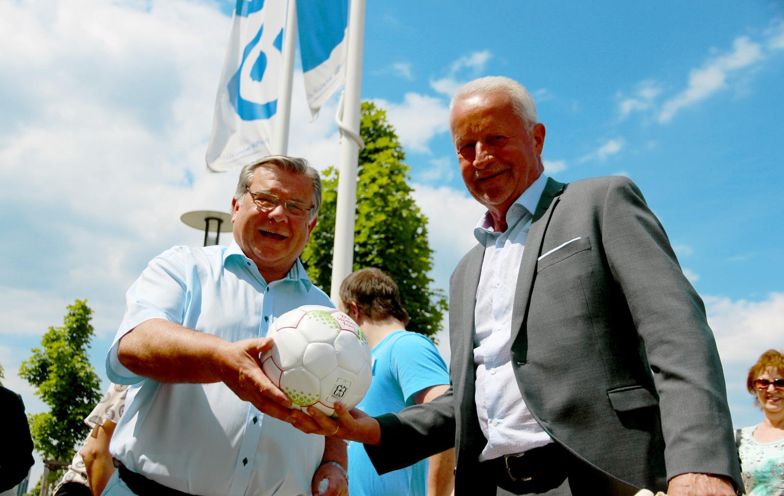 Brachte, passend zur WM2018, ein sportliches Geschenk für die Bewohner mit: Stv. LR Norbert Reh (rechts).