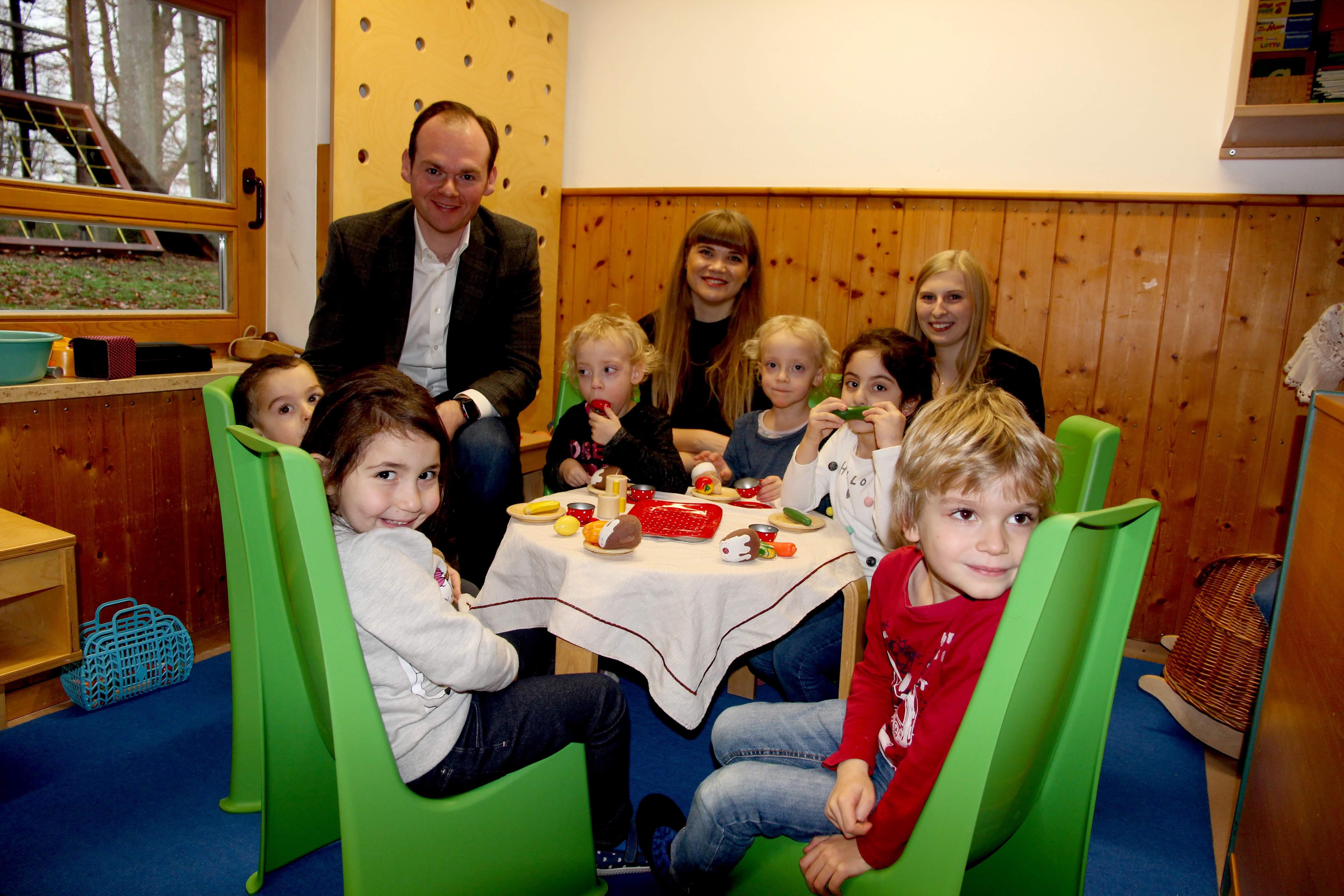 v. l. Dennis Kummarnitzky (Lebenshilfe Nürnberger Land), Hanna Matheis, Christina Birkmann (Firma Löffler), und Kinder der Mäusegruppe im Spieleck beim Brunch.
