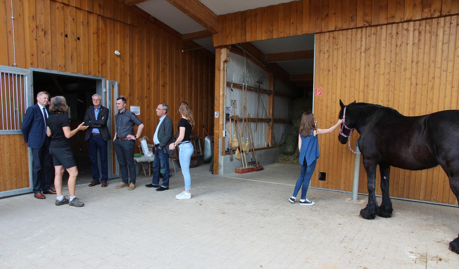 Lions Hersbruck besichtigten nach Spendenübergabe Reittherapiezentrum in Schönberg.