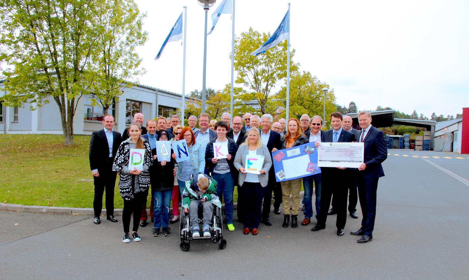 Im Namen der Lebenshilfe Nürnberger Land dankte Geschäftsführer Norbert Dünkel herzlich gegenüber Rotary-Präsident Matthias Benk (rechts im Foto) für die Spende. Über die Verwendung der Summe informierte Tagesstättenleiterin Silke Dilles mit einer Schüler