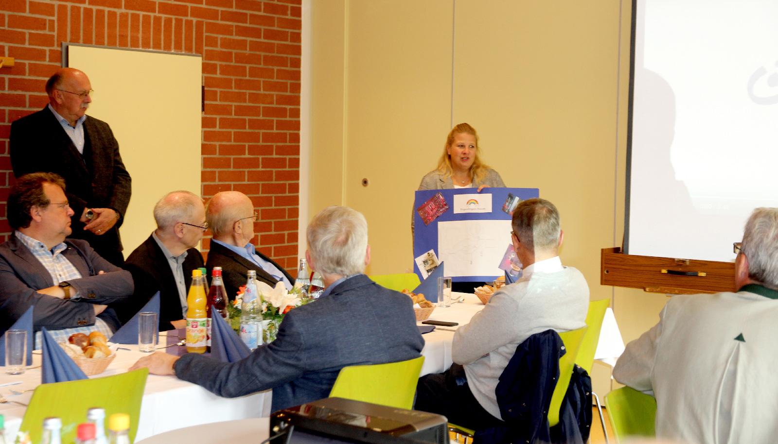 HPT-Leiterin Dilles erläutert Verwendungszweck. Spendengeld sei, so Rotary-Präsident Benk, gut angelegtes Geld.