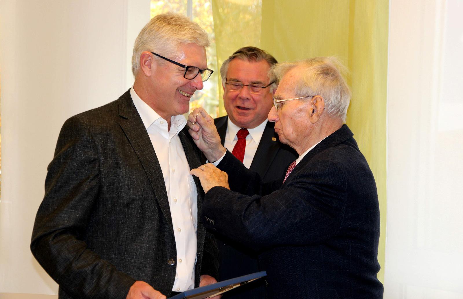 """Die """"Silberne Ehrennadel"""" empfing der Jubilar von Ehrenvorsitzenden Gerd Neumann und 1. Vorsitzenden und stellvertretenden Vorsitzender der Lebenshilfe Bayern, Gerhard John."""