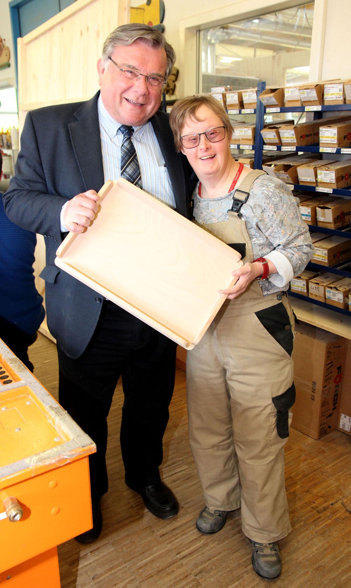 """John freute sich über Sonja Hoffmanns Erfolge: """"Man könnte fast glauben, Bretter bedeuten für Sonja alles."""" Seit fast zwanzig Jahren arbeitet sie in der Schreinerei der Moritzberg-Werkstätten."""