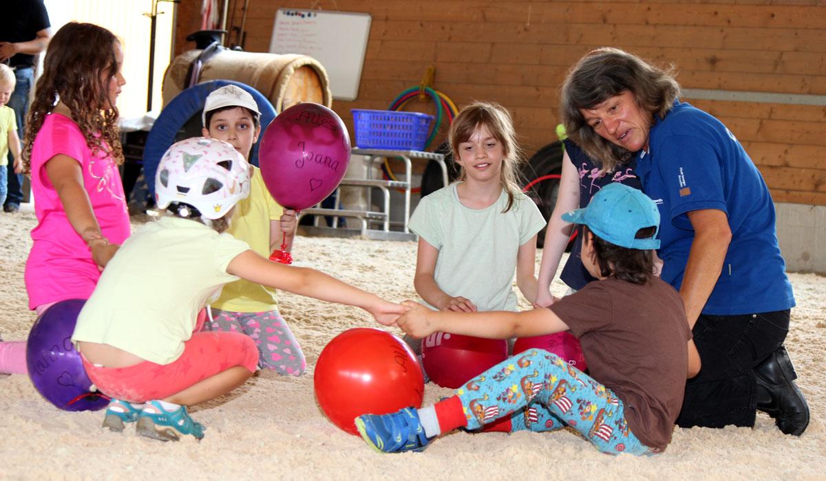 Show für Eltern und Geschwister: Frühförderkinder zeigten stolz ihre Reitkünste.
