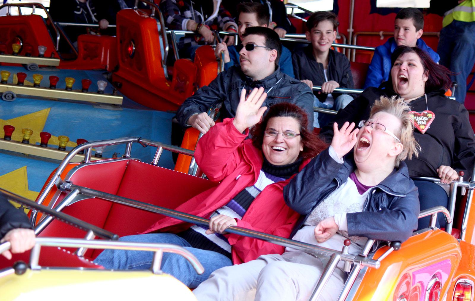 Die beiden Bewohnerinnen der WG in Hersbruck Gabi Näder und Naffi Kara Amüsierten sich prächtig beim Karusellfahren.