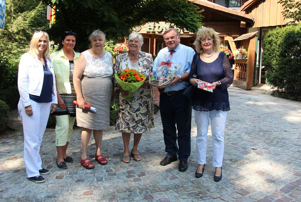 Glückwünsche von der Lebenshilfe-Familie für Jubilarin Waltraud Schneider. v.l.n.r. Silvia Dienstl, Antonia Huber, Kerstin und Waltraud Schneider, Gerhard und Inge John.