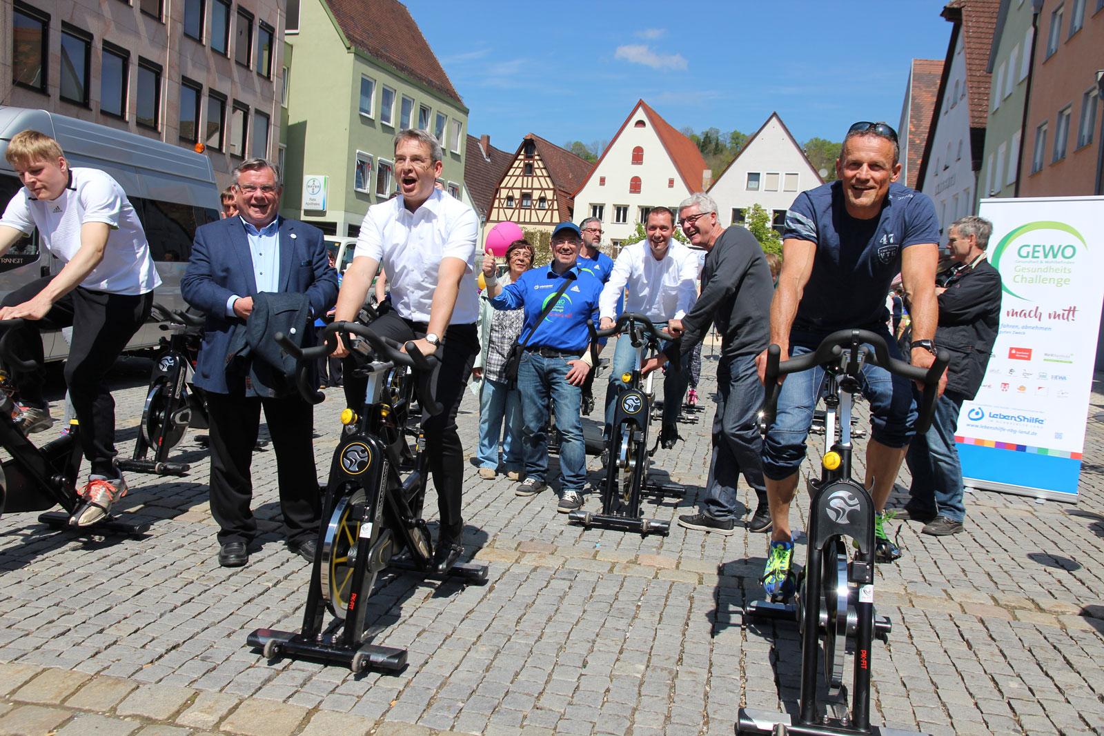 Sportlicher Startschuss der Challenge mit Landrat Kroder und Bürgermeister Ilg.
