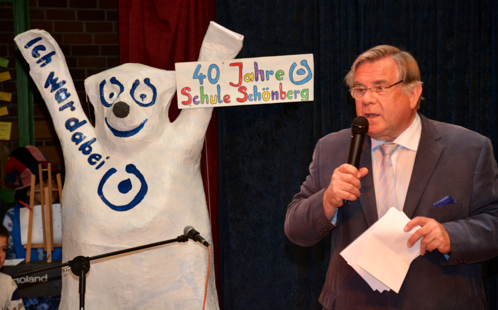 Lebenshilfe-Chef John nannte Meilensteine der Entwicklung 40 Jahre Schule in Schönberg, lobte Mitarbeiter der Schule und den scheidenden Rektor Janko für die großartige Arbeit mit den Schülern.