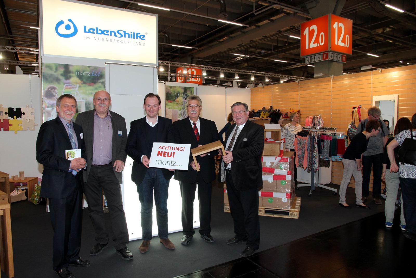 Moritz-Produkte kommen an, das freut besonders Werkstattleiter Hans-Manfred Wolf, Dennis Kummarnitzky von der Geschäftsleitung der Lebenshilfe und Lebenshilfe-Chef John. Begeistert von den Produkten aus der Region ist 1. Bürgermeister Konrad Rupprecht.