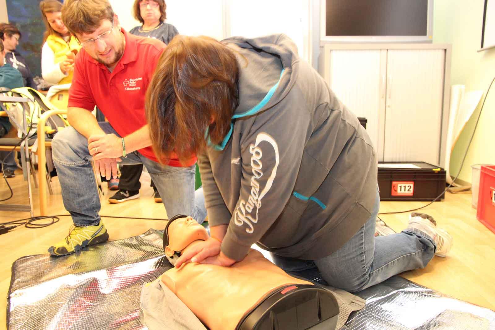 ... Larissa Onofrasch stellte insbesondere bei der Reanimationsübung fest, wie kraftraubend Erste Hilfe sein kann.