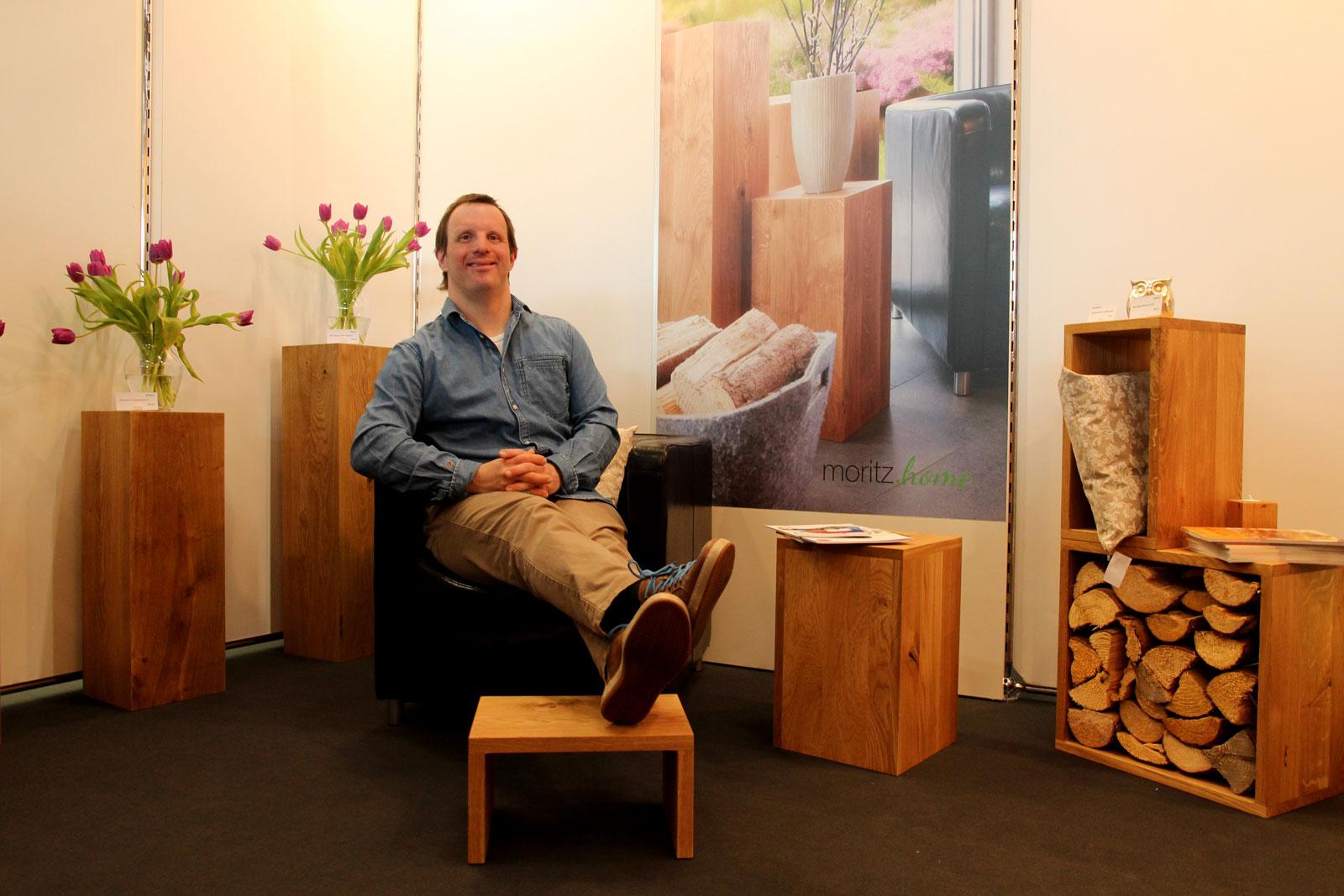 Fühlte sich auf dem Stand der Lebenshilfe sichtlich wohl: Ralph Engelhardt, der selbst in der Produktion der Moritzberg-Werkstätten tätig ist und stolz auf seine Arbeit ist.