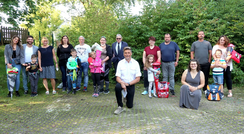 Foto zeigt unsere fünf Erstklässler an der Bernhard Leniger Schule und deren Familien, hier mit Schulleiter Stefan Pesth (Bildmitte) und die Lehrkräfte Ulrike Feierabend (rechts im Foto)und Sigrun Geldmacher (links, in der oberen Reihe).