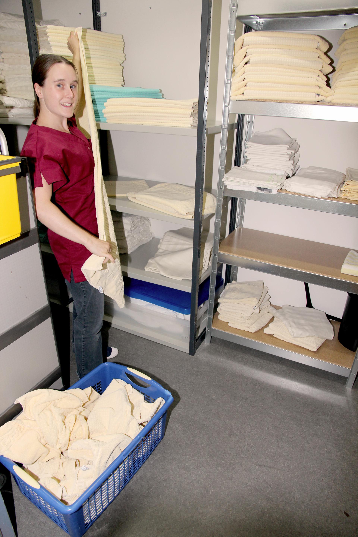 Abwechslungsreiche Tätigkeiten bietet der Außenarbeitsplatz des Housekeepings in der FBA. Michaela Dressel im