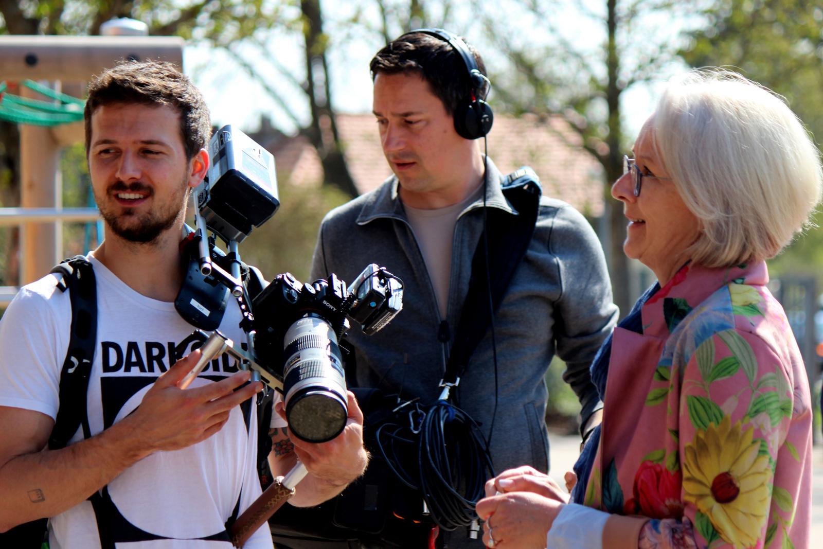 Grundschulleiterin Stöhr, hier mit Kamerateam, ist vom Akton Mensch-geförderten Frühförderangebot Schulstarthelfer, begeistert.