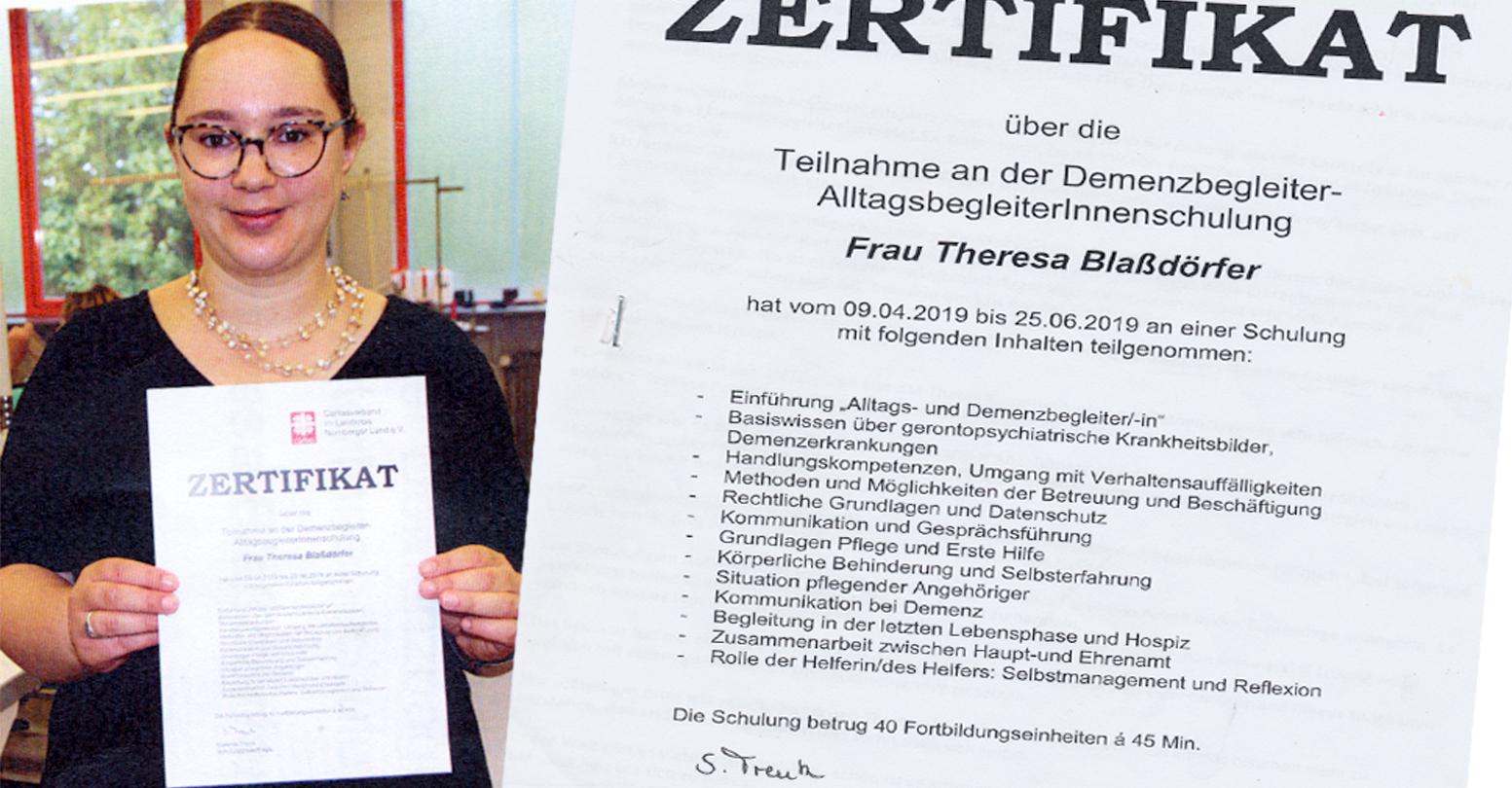 Stolz hält Theresa Blaßdörfer ihr Zertifikat zur Alltagsbegleiterin in die Kamera!