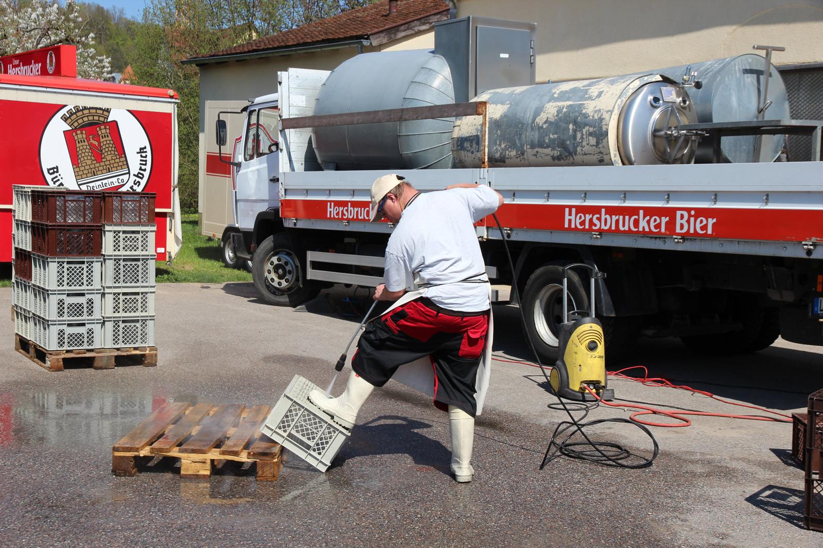 André Szwirkszlys ist stets konzentriert und motiviert bei seiner Arbeit, wie hier beim Reinigen der Kisten für die Biergläser.