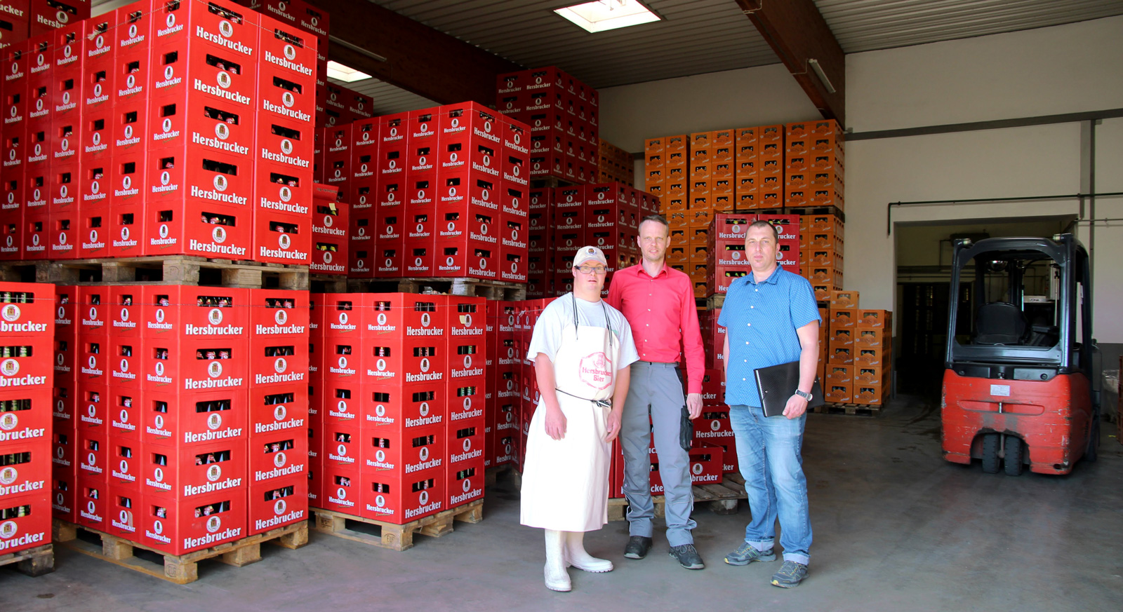 Wöchentlich besucht Integrationsübegleiter Klatt (r)) André Swirzlycs (m) bei seinem Außenarbeitsplatz. Ein 'offenes Ohr' hat Betriebspate Will (l) fr André Szwirkszlys.