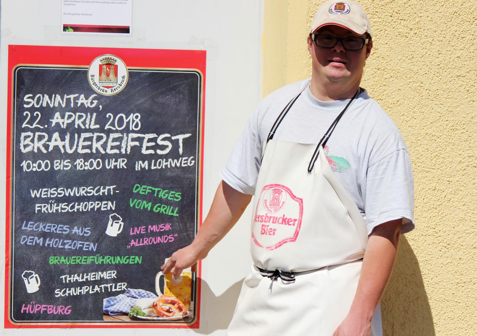 André Szwirkszlys freut sich auf das Brauereifest kommendes Wochenende und zeigt auf das Plakat. Mit seinem Außenarbeitsplatz identifiziert er sich vollends.